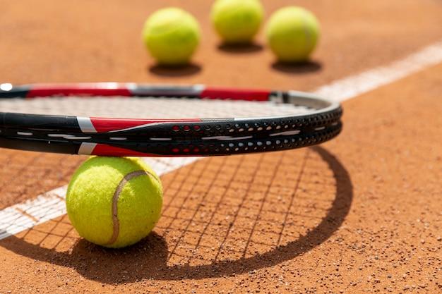 Primer plano raqueta de tenis sobre pelota Foto Premium