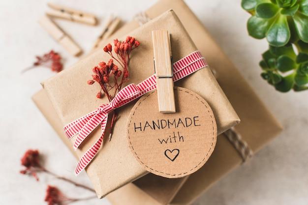 Primer plano de regalo hecho a mano con pin de ropa Foto Premium