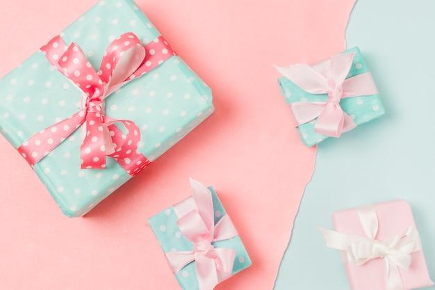 Primer plano de regalos en diferentes tamaños colocados en doble fondo Foto gratis