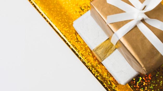 Primer plano de regalos con espacio de copia Foto gratis