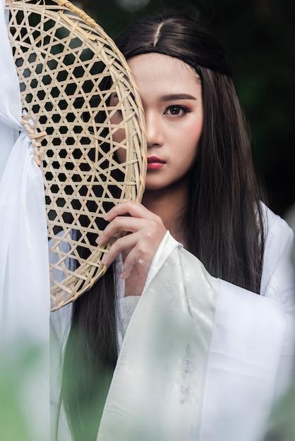 258b30786 Primer plano retrato hermosa mujer china vestido blanco tradicional ...
