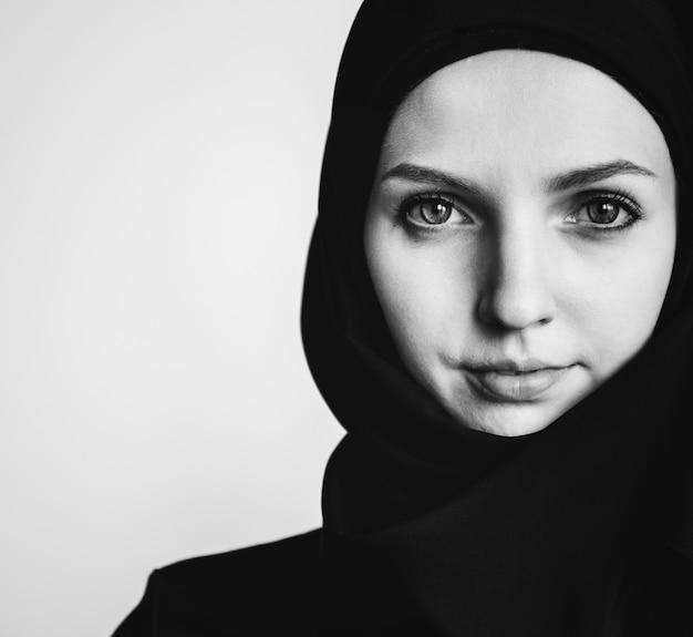 Primer plano de retrato de mujer islámica Foto gratis