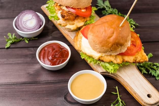 Primer plano sabrosa hamburguesa con salsa Foto gratis