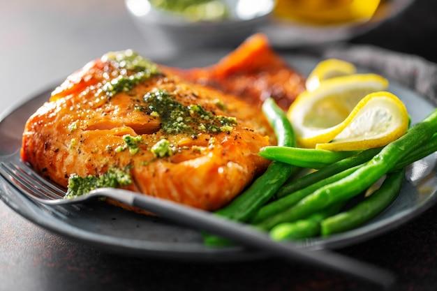 Primer plano de salmón al horno con judías verdes Foto gratis