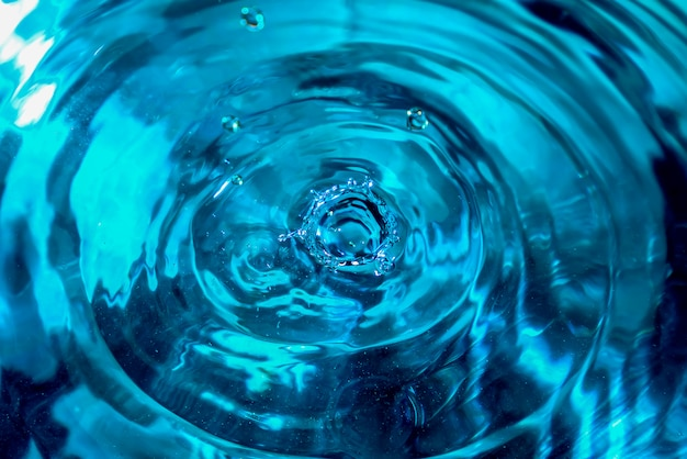 Primer plano de salpicaduras de agua. gota de agua. gota de agua azul Foto Premium
