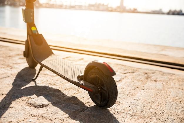 Primer plano de scooters eléctricos estacionados cerca del muelle Foto gratis