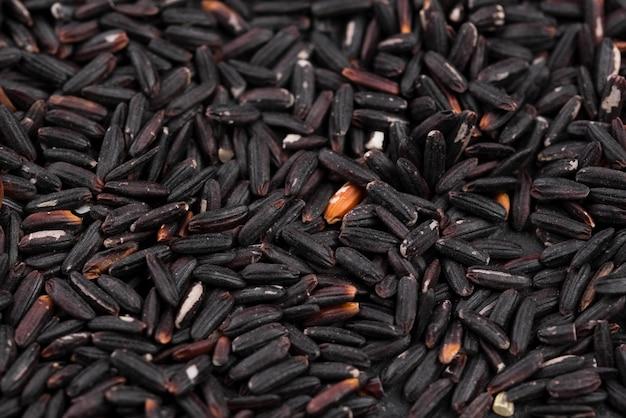 Primer plano de semillas negras tostadas Foto gratis