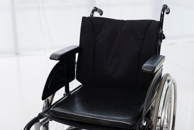 Primer plano de una silla de ruedas vacía en una habitación Foto gratis