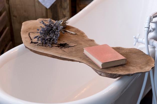 Primer plano de un soporte de madera de bañera vintage Foto gratis