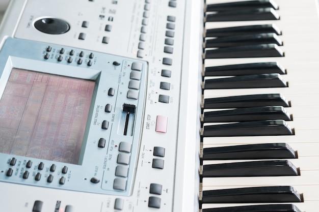 Primer plano de teclado musical electrónico y piano para reproducir la canción. Foto Premium