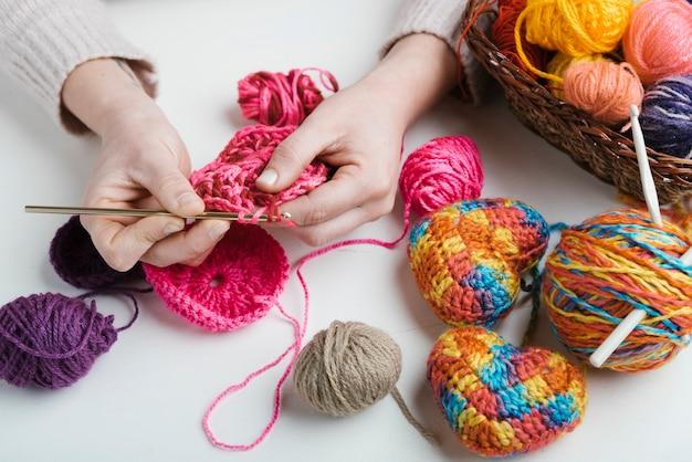Primer plano de tejer con bolas de lana de colores Foto Premium