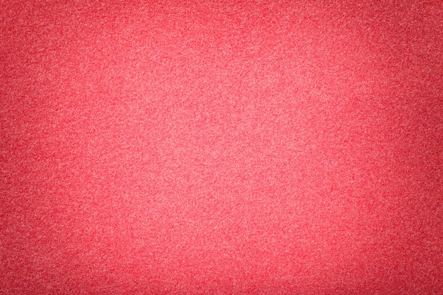 Primer plano de tela de gamuza mate rojo claro. textura de terciopelo de fieltro. Foto Premium