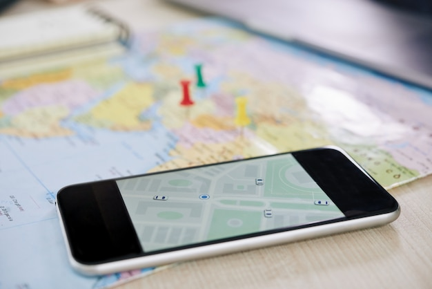 Primer plano de un teléfono inteligente con aplicación gps Foto gratis