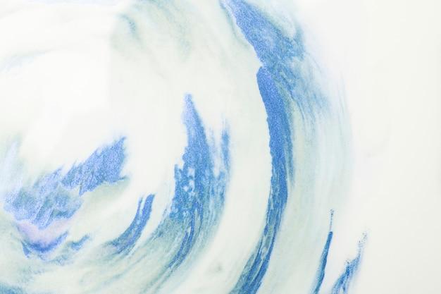 Primer plano de trazos de acuarela azul sobre fondo blanco espuma Foto gratis