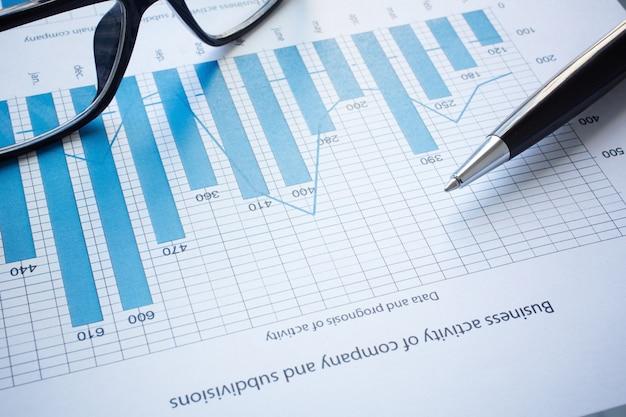 Primer plano de los últimos resultados financieros en el escritorio Foto gratis