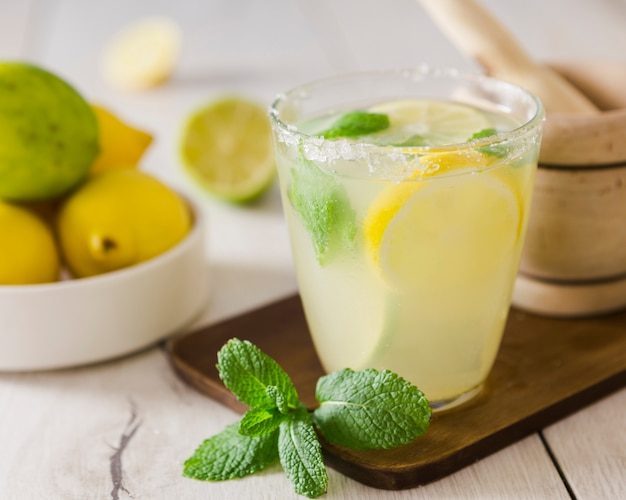 Primer plano de vaso de limonada con menta Foto gratis