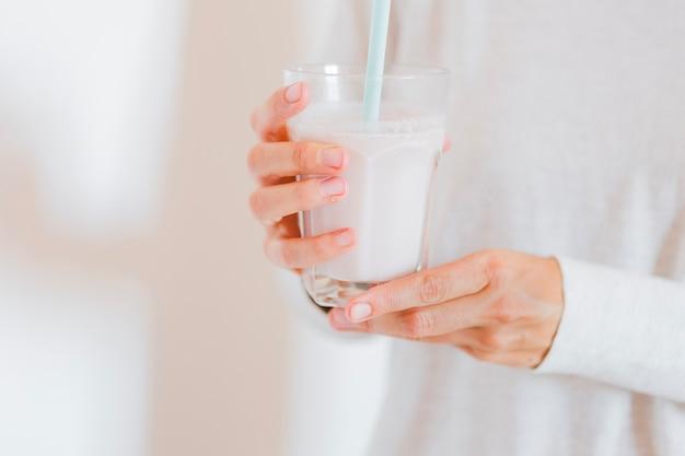 Primer plano de vidrio con leche Foto gratis