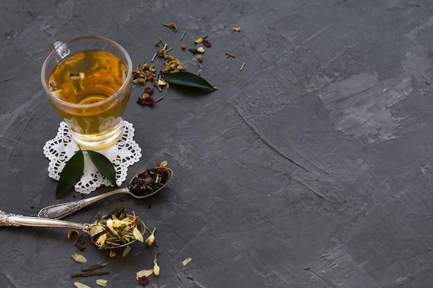 Primer plano de vidrio con té y especias Foto gratis