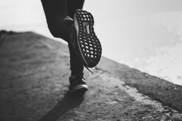 Primer plano de zapatos mientras se ejecuta Foto gratis