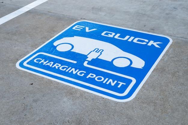 Primer punto de carga para coche eléctrico. Foto Premium