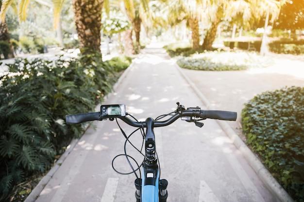 Primer punto de vista de la bicicleta eléctrica en el carril bici. Foto gratis