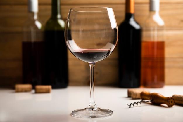 Primer vaso con vino tinto Foto gratis