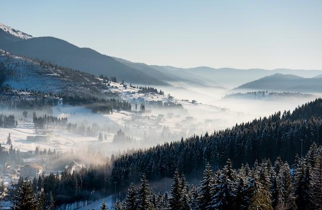 Primeras sombras de la puesta de sol en la estación de esquí de invierno cárpatos Foto Premium