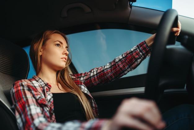 Principiante joven conduce un coche Foto Premium