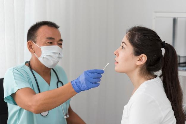 Procedimiento de muestra de coronavirus Foto gratis