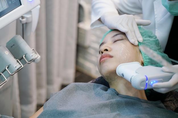 El procedimiento de tratamiento de estiramiento facial con estiramiento de la piel con láser o con frecuencia implica. Foto Premium
