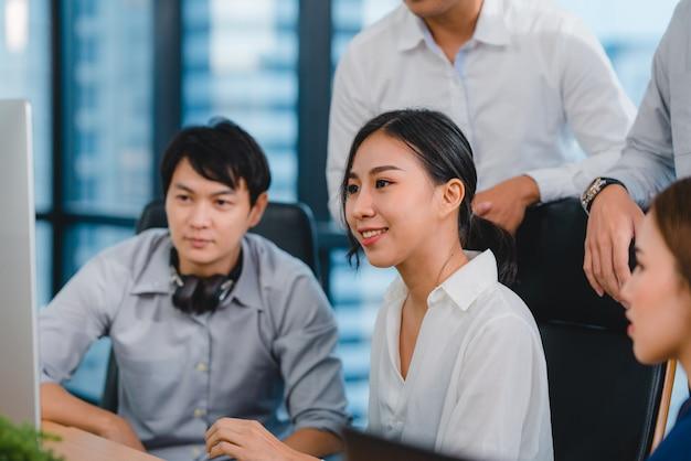 Proceso de colaboración de empresarios multiculturales que utilizan la presentación por computadora y la comunicación para encontrar ideas de lluvia de ideas sobre los colegas del proyecto y la estrategia de éxito del plan de trabajo en la oficina moderna. Foto gratis