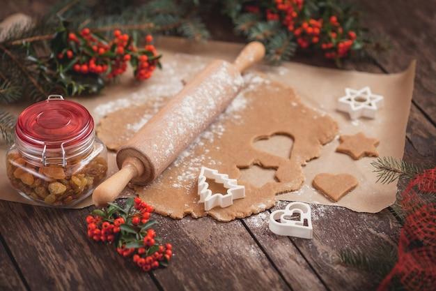 El proceso de hornear galletas caseras. Foto gratis