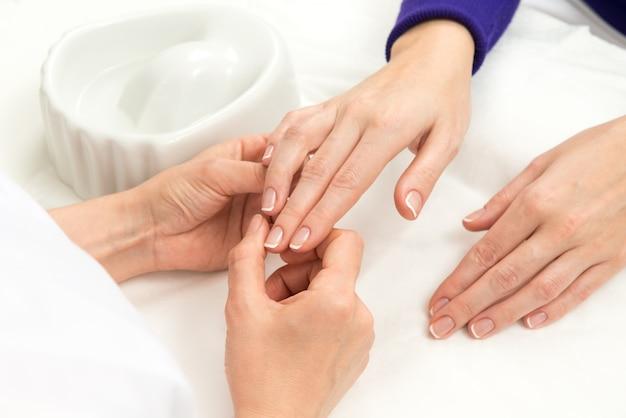 Proceso de manicura francesa Foto gratis