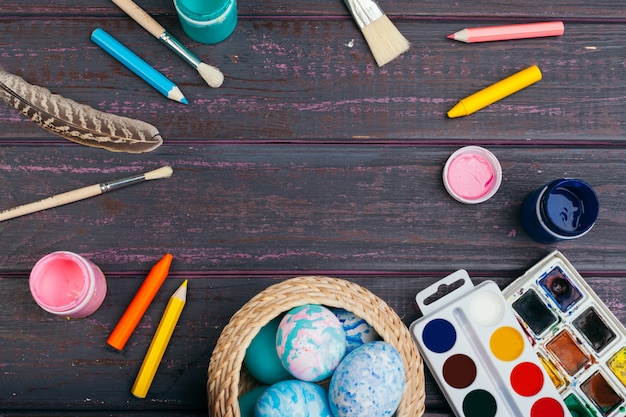 Proceso de pintar huevos de pascua Foto Premium