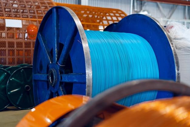 Producción de alambre de cobre, cable en carretes en fábrica. fábrica de cables. Foto Premium