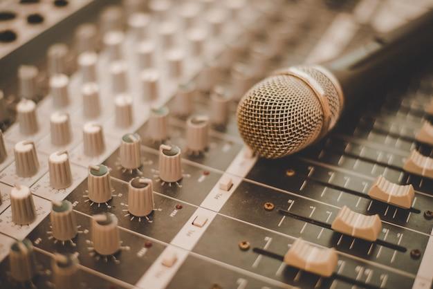 Productor de grabación micrófono de luz Foto gratis