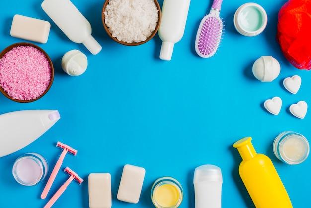 Productos de cosméticos de baño con espacio para texto sobre fondo azul Foto gratis