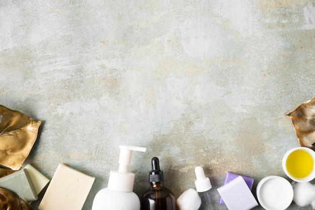 Productos cosméticos para el cuidado de la piel con espacio de copia Foto gratis