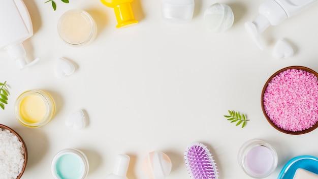 Productos cosméticos con espacio para texto sobre fondo blanco. Foto gratis