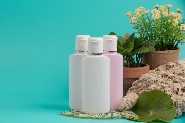 Productos cosméticos para mujer colocados en azul. Foto gratis