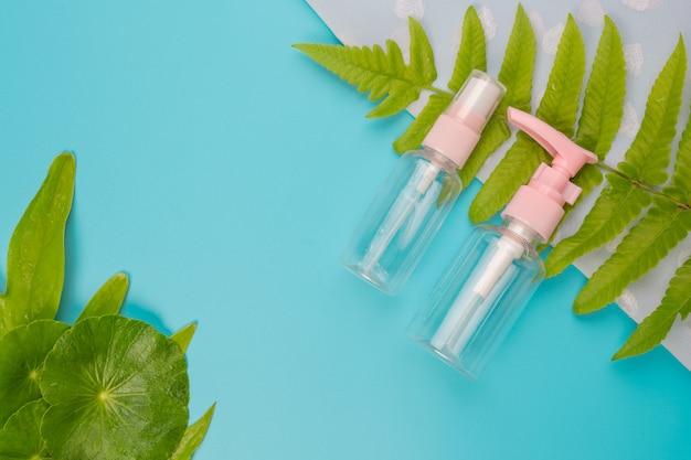 Productos cosméticos para mujeres en el azul. Foto gratis