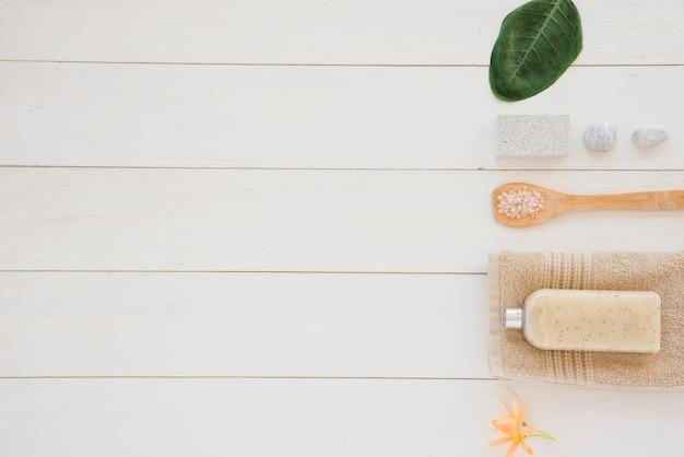 Productos para el cuidado de la piel colocados en fila sobre una superficie blanca Foto gratis