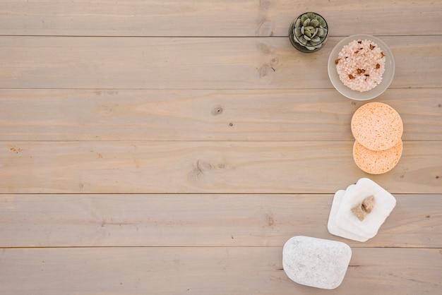 Productos para el cuidado de la piel colocados en media hilera Foto gratis