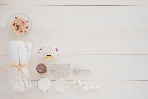 Productos para el cuidado de la piel y flores de orquídeas blancas Foto gratis