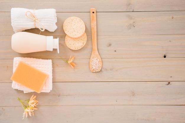 Productos para el cuidado de la piel para la limpieza. Foto gratis