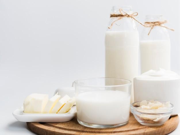 Productos lácteos sobre una bandeja Foto gratis