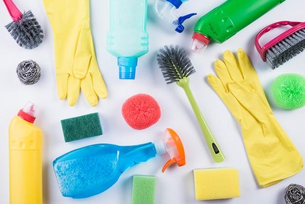 Productos de limpieza dispersos sobre fondo gris Foto gratis