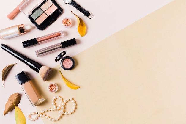 Productos de maquillaje en superficie clara. Foto gratis