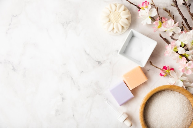 Productos organicos para el cuidado del cuerpo en la mesa Foto gratis