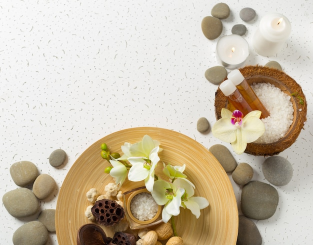 Productos de spa con orquídeas Foto Premium